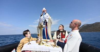 Misa en medio del mar, en el lugar de la Batalla de Lepanto 450 años después