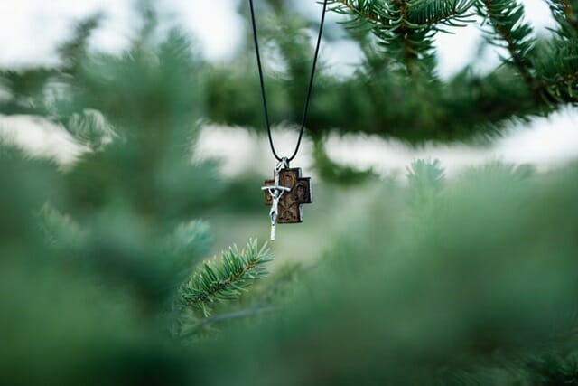 cruz en árbol