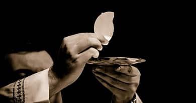 Impresionantes evidencias de la presencia de Dios en el vino y el pan